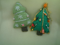 2 petits sapins de nol (chat&laine) Tags: christmas france tree green crochet christmastree nol sapin