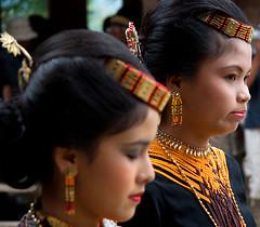 Tpicas... (Llum Endins) Tags: portrait girl indonesia chica retrato picturesque sulawesi toraja fiatlux 5photosaday peachofashot grouptripod llumendins lifetravel