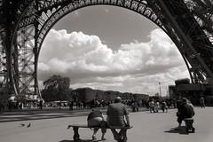 Descansando bajo la Torre Eiffel (Anvica) Tags: paris france tower torre tour eiffel toureiffel torreeiffel francia towereiffel