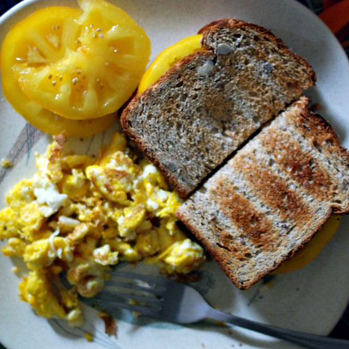 eggs and tomato sandwich