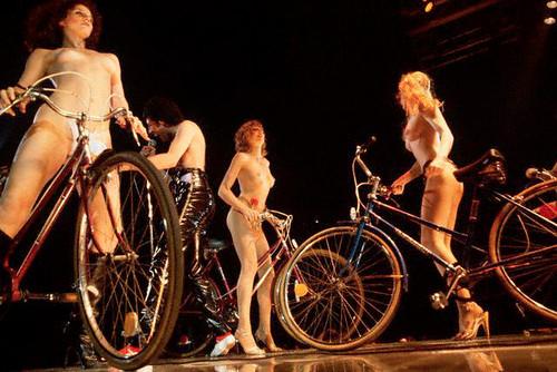 Fred Mercury entre ciclistas nuas, em um show do Queen. Bicycle Race no disco Jazz. Cante comigo: I want to ride my bicycle ...