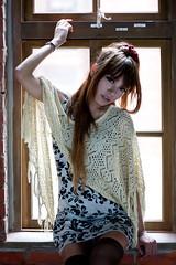 [フリー画像] 人物, 女性, アジア女性, 窓辺, ファッション, 台湾人, 201105172100