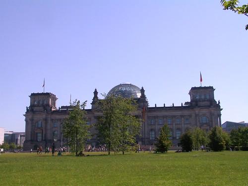 Wiese mit Reichstag