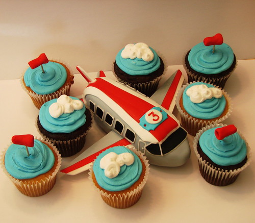 Airplane cakelet with cupcakes