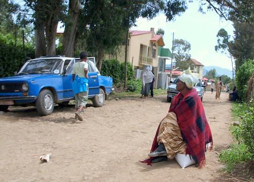 Mujer sobre un saco de grano en Addis Abeba