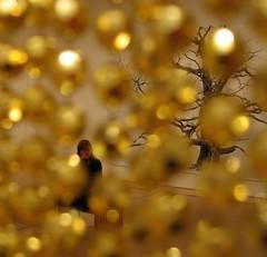 Audrey and tree through golden beads (Qoen) Tags: sf sanfrancisco california ca city trip travel travelling museum golden us modernart sfmoma museumofmodernart journey vs untitled sanfranciscomuseumofmodernart felixgonzaleztorres johnbeton photokoenvandendriessche authorkoenvandendriessche