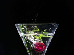 Bebida explosiva / Explosive drink (jmven) Tags: water cherry agua waterdrop kodak action flash drip droplet copa highspeed bebida explosiva z612