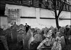 Cimitero ebraico di Praga (Leica Summicron 28mm TriX400-bw) (abschied) Tags: leica bw prague autaut alarecherchedutempperdu fdsbw bnocchirossiinvited