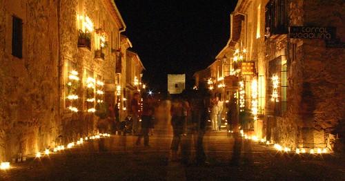 Calle Mayor con velas hacia el Castillo