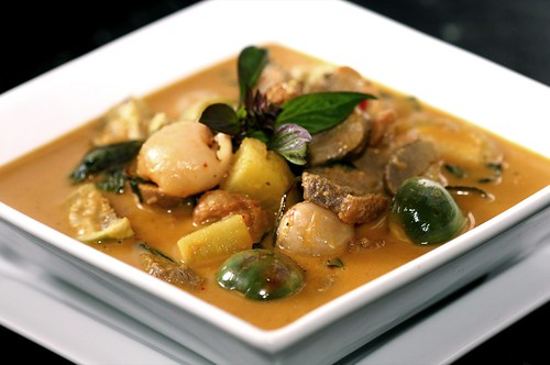 Kaeng ped pett yang (red duck curry)
