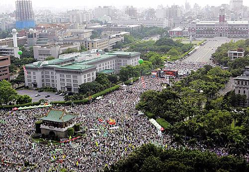 總統府前凱達格蘭大道之景福門 830嗆馬大遊行 -http://www.flickr.com/photos/anchime/2820162651/