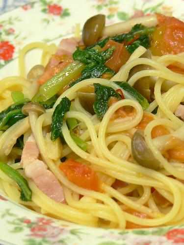 ベーコンと小松菜とトマトとシメジのスパゲティ