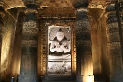 アジャンター石窟内仏像。仏像の高さは2.5mくらい。