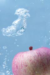 好像出現了什麼 (TKBou) Tags: apple water sink 水 りんご 蘋果 林檎 リンゴ 沈みの林檎 tkbou