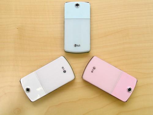 設有三種機身顏色:珍珠白、粉紅和粉藍,而且整體設計頗有日本 FOMA 手機的感覺。