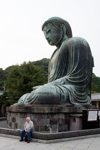 Le daibutsu avec un homme assis devant