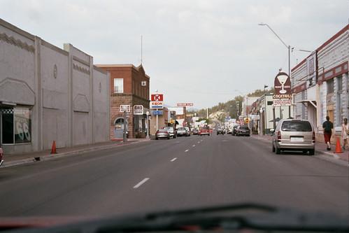 La Historic Route 66 a su paso por una ciudad