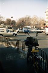 3Parizs1992_27 (emzepe) Tags: winter paris france frankreich hiver motorcycle barrier 1992 moped prizs francia kirnduls t tl kerkpr janur franciaorszg sta prizsi kvf korlt segdmotor segdmotoros