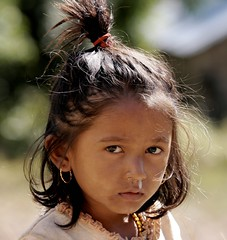 bambina triste - sad little girl (nepalbaba) Tags: trip travel nepal portrait people girl children gente bambini valley ritratto viaggio soe sadgirl bambina digitalcameraclub bimbatriste helambuvalley vallehelambu
