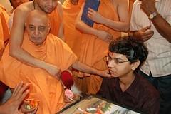 Hasmukh Maniya meets Pramukh Swami (Samipk) Tags: shri swaminarayan shriswaminarayan hasmukh maniya pramukhswami hasmukhmaniya