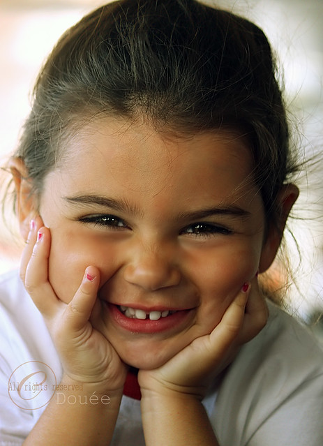 smiling little girl, لذيـــــــذه هالبنـــوته