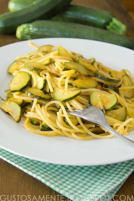 Spaghetti con zucchine, yogurt, zafferano e limone