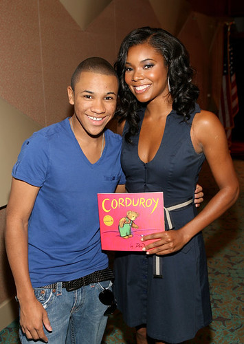 some light skined dude trying to cop a feel on Gabrielle Union