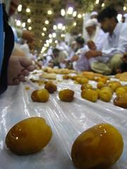 Medine'de iftar (sleymansalih) Tags: islam date cami ramadan ramazan medine mescid hurma mescidinebevi oru madinahmosque