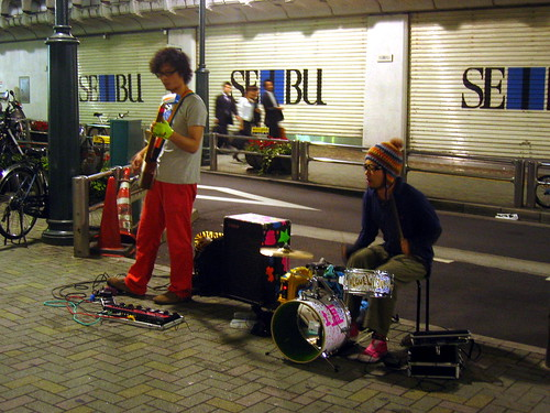 Indie band in Shibuya (electric shamisen, drums)