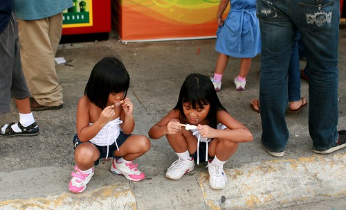 Ocean Park, Manila snack refreshment ice drop eating  Buhay Pinoy Philippines Filipino Pilipino  people pictures photos life Philippinen  菲律宾  菲律賓  필리핀(공화국)  sisters girl