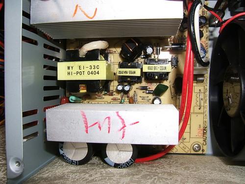 Phần bên trong một nguồn máy tính noname thông dụng ở VN, Ảnh: Tr Minh Linh