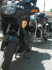 In fila (alfiererosso) Tags: police motorbike moto polizei carabinieri policia motocicleta mezziditrasporto meansoftransport motorahd bmwrt1100r