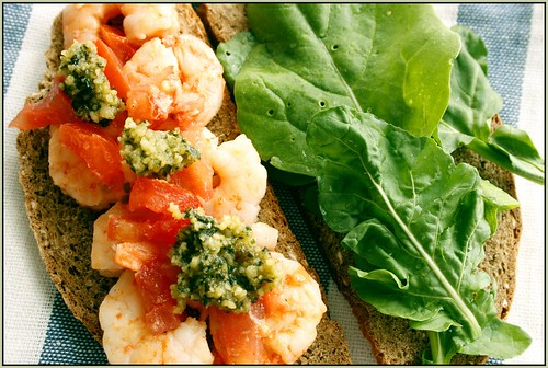 Prawns, pesto and rucola sandwich