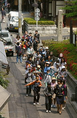 Ens porten d'excursi / On school trip (SBA73) Tags: street trip school people boys japan japanese calle kyoto group nios grupo escuela nippon gion guide escola kioto gent carrer nihon humans japoneses jap excursion excursi gruppe nens guia japn grup japonesos