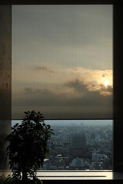 窓枠越しの空