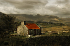 (scifitographer) Tags: ireland vacation house mountains field landscape cottage 2006 kerry ring explore killarney kilarney ringofkerry platinumphoto flickrelite bethanthony dragondaggerphoto artistictreasurechest retroreflectography