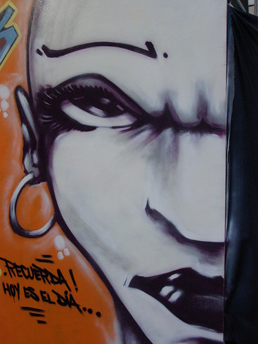graffiti of a female face, frowning, serious, strong, with the caption 'recuerda! hoy es el dia!'