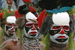 Goroka show 08 in Papua (Bertrand Linet) Tags: portrait shells face coral festival facepainting feathers feather shell makeup tribal papou tribes png tribe papuanewguinea papua ethnic hagen kina maquillage visage plumes headdress singsing plume huli papu tribu oceania goroka etnico pidgin westernhighlands tribus oceanie 5photosaday ethnique papuaneuguinea papuanuovaguinea パプアニューギニア gorokashow papuan melanesian worldbest papuans 巴布亞紐幾內亞巴布亚纽几内亚 papuásianovaguiné papúanuevaguine papuanyaguinea wigmen hulis goldstaraward παπούανέαγουινέα папуановаягвинея papuanewguineapicture papuanewguineapictures papuanewguineanpeople remotetribe papúanuevaguinea makeupgoroka bertrandlinet