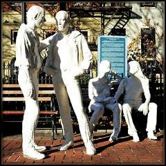 コミュニケーションをとっている男女を描いた4体の銅像