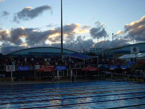 in piscina al tramonto.