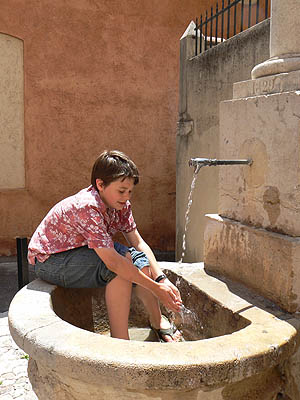 paul à la fontaine.jpg
