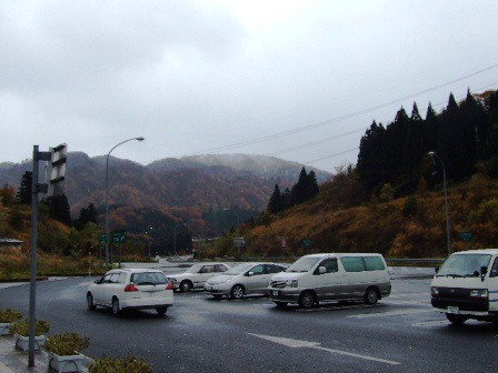 福島方面の山は雪模様
