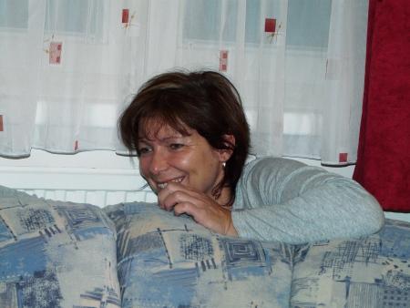 Omi versteckt sich hinter der Couch