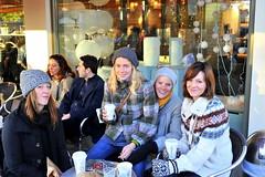 les filles (Jon Reksten) Tags: girls window coffee caf oslo norway shop norge grnerlkka kaffe kaffebrenneriet nowember cv40