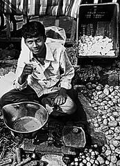 ragazzo del mercato (Barabeke) Tags: india vegetables market delhi garlic chai libra olddelhi