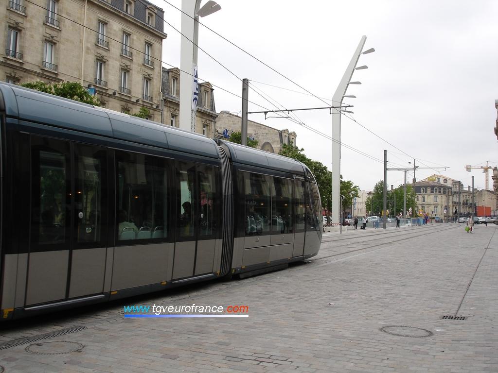 Une rame de tramway circule sur la ligne C du réseau TBC.