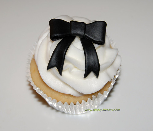 black ribbon bow cupcakes