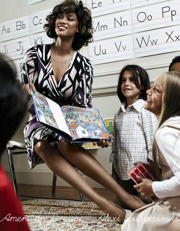 77fd92027580f0 Qui invece la first lady è intenta a visitare una scuola, e sfoglia con un  gran sorriso un libro illustrato davanti ad alcuni bambini. Anche in questo  caso, ...
