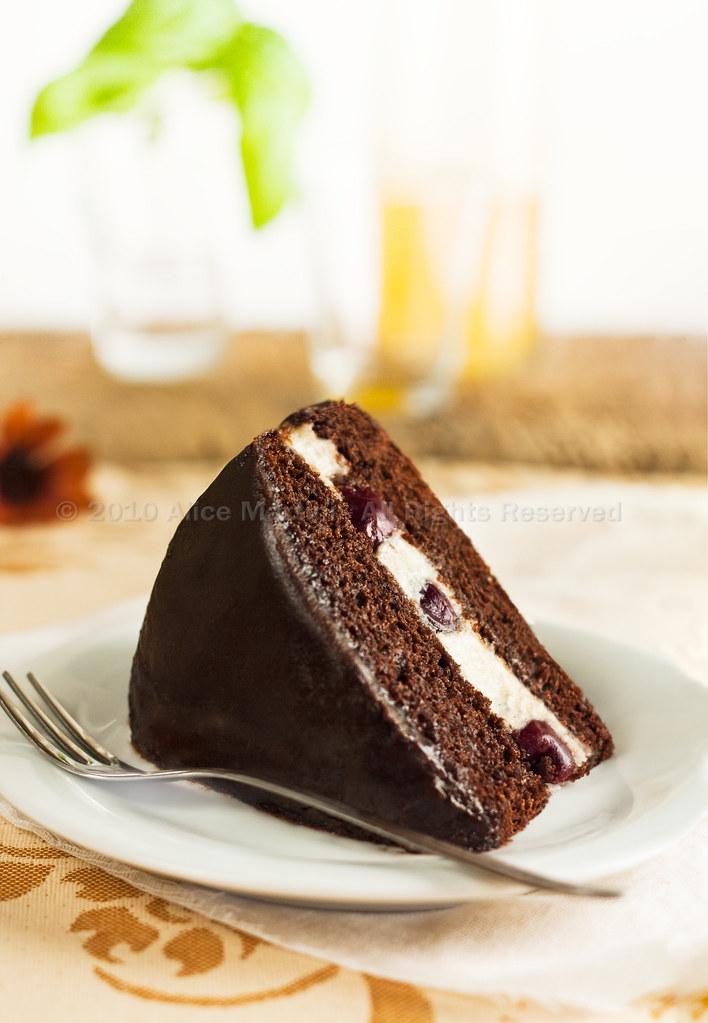 Torta al cioccolato con amarene e crema di mandorle