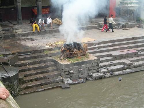 Cremaciones hinduistas en el rió Bagmati